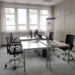 Büro Raum mit Tische und Stühle